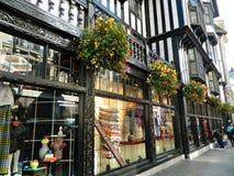 Frihet av london lagerfönster och hängande korgar arkivfoto