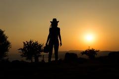 Frihet av resanden på solnedgången Fotografering för Bildbyråer