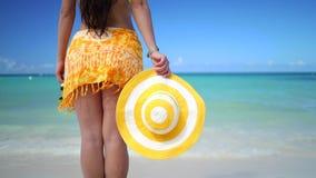 Frihet bekymmerslös lycklig kvinna som kopplar av på den tropiska stranden Karibisk semester på ön arkivfilmer