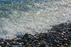 Frihet för sommar för kustbränningstenar arkivfoton