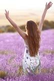 Frihet Fri brunettkvinna med öppna armar som tycker om solnedgång i l Royaltyfria Bilder