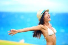 Frihet - fri ung kvinna som är lycklig på strand Arkivfoton