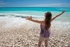 Frihet och bekymmerslös kvinna på den tropiska stranden royaltyfria bilder