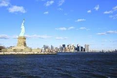 Frihet som håller ögonen på Manhattan horisont Arkivbild