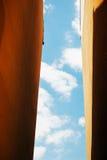 Frihetsbegrepp med klar blbluehimmel mellan väggar Arkivfoto