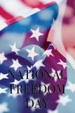 Frihetsdag och amerikanska flaggan för text nationell Arkivbilder