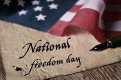 Frihetsdag och amerikanska flaggan för text nationell Royaltyfria Bilder