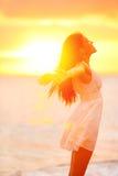 Frihetskvinna som fritt tycker om känsligt lyckligt på stranden royaltyfri fotografi