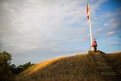 frihetsmoment till En ung pojke med en amerikanska flaggan, glädje av att vara en amerikan Royaltyfri Bild