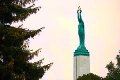 frihetsmonument riga Kvinna som rymmer tre guld- stjärnor som symboliserar tre regioner av Lettland Royaltyfri Foto