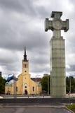 Frihetsmonumentet, ägnas till att emancipera den krig- och Sts John kyrkan, 1860 på frihetsfyrkant estonia tallinn Arkivfoto