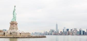Frihetstaty och New York horisont Fotografering för Bildbyråer