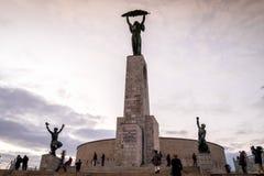 Frihetstaty på den Gellert kullen i Budapest, Ungern Arkivfoton