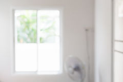 Frikänd för rumlägenhetljus en oskarp bakgrund för fönster Fotografering för Bildbyråer
