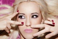 Frikänd s för makeup för rakt hår för blond flicka för stående lång härlig Arkivfoto
