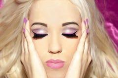 Frikänd s för makeup för rakt hår för blond flicka för stående lång härlig Arkivbilder