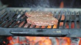 烤汉堡炸肉排牛肉肉末小馅饼或frikadeller在平底锅 街道食物,关闭 股票视频