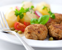 Frikadellers com batatas fotografia de stock