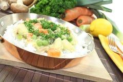 Frikassee da galinha com arroz e cenouras Imagem de Stock