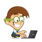 Friki del empollón con su ordenador portátil