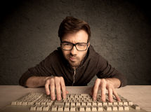 Friki del ordenador que mecanografía en el teclado Imágenes de archivo libres de regalías