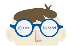 Friki del ordenador que piensa en Facebook