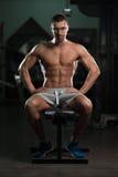 Friki joven atractivo que descansa en el ejercicio de Afther del gimnasio Imagenes de archivo