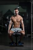 Friki joven atractivo que descansa en el ejercicio de Afther del gimnasio Fotos de archivo