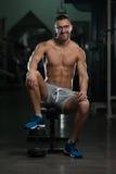 Friki joven atractivo que descansa en el ejercicio de Afther del gimnasio Fotos de archivo libres de regalías