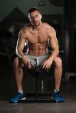 Friki joven atractivo que descansa en el ejercicio de Afther del gimnasio Foto de archivo libre de regalías