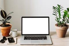 Frilans- begrepp Bärbar dator med den tomma skärmen på träskrivbordswi royaltyfria bilder
