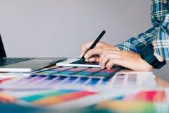 Frilans- idérika formgivare som arbetar på skrivbordet genom att använda den digitala grafen Royaltyfria Bilder