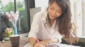 Frilans- kvinna för asiat som tänker för bra idé till att arbeta med nytt projekt stock video