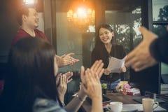 Frilans- lagmöte för asiat med lycka i modernt hem- offic royaltyfria foton