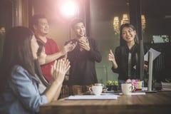 Frilans- lagmöte för asiat med lycka i modernt hem- offic Fotografering för Bildbyråer
