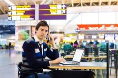 Frilans- mansammanträde på skrivbordet i flygplatskafé Royaltyfria Foton