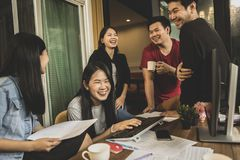 Frilans- skratta för mer ung asiat med lyckaframsidan i hem av Arkivfoto