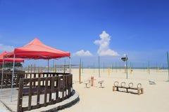 Frilufts- restaurang på den sandiga stranden Arkivfoto