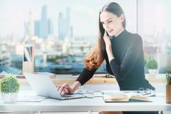 Frinedly-Geschäftsfrau, die im Büro arbeitet Lizenzfreie Stockbilder