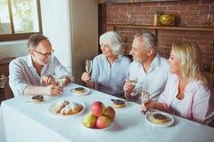 Frineds âgés par positif ayant la célébration à la maison Photos stock