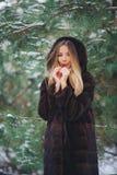Frio da menina na floresta do inverno Imagem de Stock Royalty Free