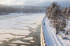 Frio da neve do inverno do rio de Moscou fotografia de stock royalty free