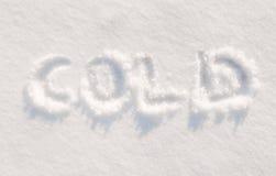 Frio da palavra escrito na neve imagem de stock