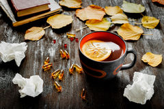Frio do conceito - tratamento com chá e medicina quentes Fotografia de Stock Royalty Free