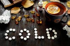 Frio do conceito - tratamento com chá e medicina quentes Fotos de Stock Royalty Free