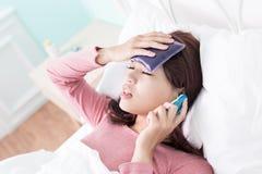 Frio e febre travados mulher Fotografia de Stock