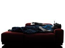 Frio indisposto da febre da doença doente do treinador do sofá do homem Fotografia de Stock