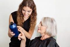 Frisör Advising Hair Color till klienten Arkivbild