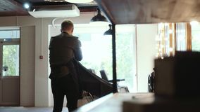 Frisör för män _ Hårklipp på sidan av det unga huvudet för grabb` s med en hårclipper arkivfilmer