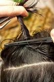 Frisör som använder hårnålar Royaltyfri Fotografi